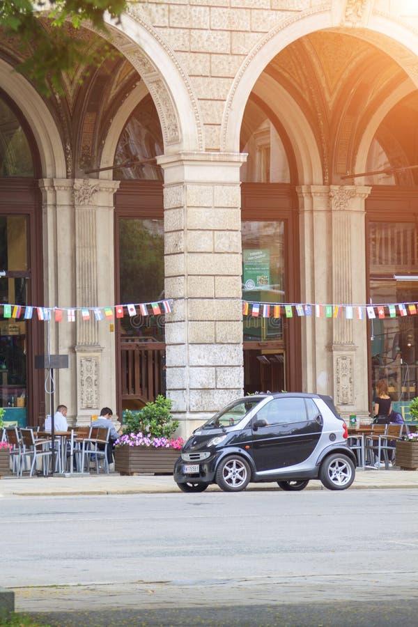 Wenen, Oostenrijk - 28 juni 2018 - compacte auto van slim merk staat op straat in de buurt van café op de eerste verdieping van e royalty-vrije stock foto