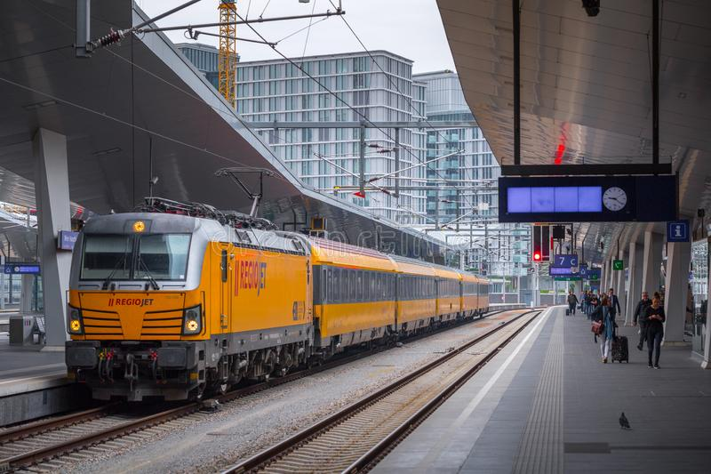 WENEN, OOSTENRIJK - MEI 27: De passagiers en het begeleiden op het platform op hoofdstation van Wenen Wien Hauptbahnhof stock afbeeldingen