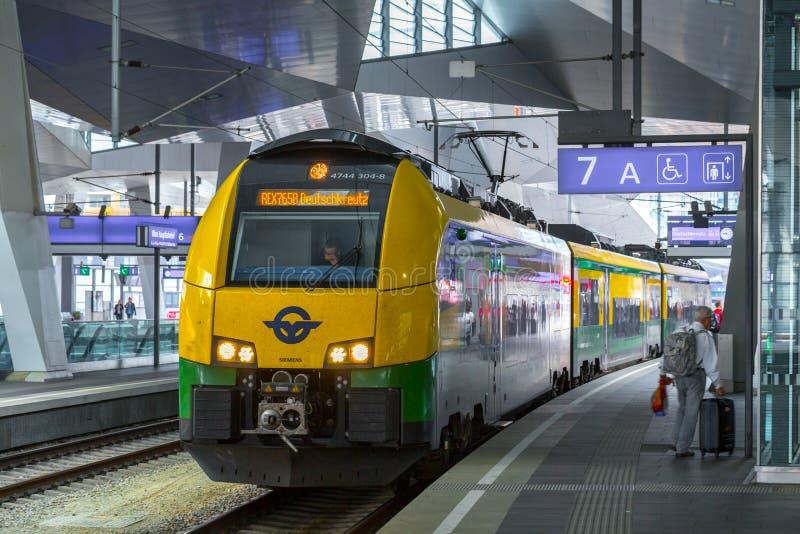WENEN, OOSTENRIJK - MEI 27: De passagiers en het begeleiden op het platform op hoofdstation van Wenen Wien Hauptbahnhof royalty-vrije stock foto's
