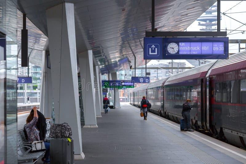 WENEN, OOSTENRIJK - MEI 27: De passagiers en het begeleiden op het platform op hoofdstation van Wenen Wien Hauptbahnhof royalty-vrije stock afbeelding