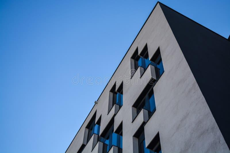 Wenen, Oostenrijk 02 03 2019 Moderne architectuur van bureaugebouwen Een wolkenkrabber van glas en metaal Bezinningen in Vensters royalty-vrije stock afbeeldingen