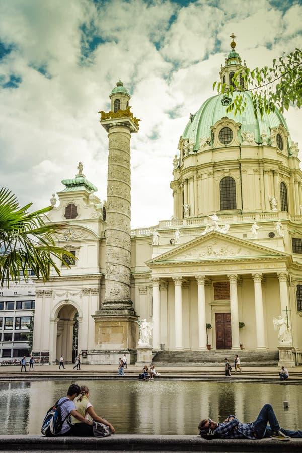 Wenen, Oostenrijk - September, 15, 2019: De Kerk van Wenen Karlskirche met Resselpark-park en mensen die rond ontspannen royalty-vrije stock foto