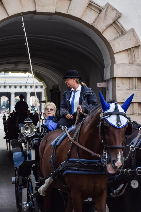 Wenen, Oostenrijk - September, 15, 2019: nFemale leidt de vervoerbestuurder toeristen door de straten van Wenen terwijl stock fotografie