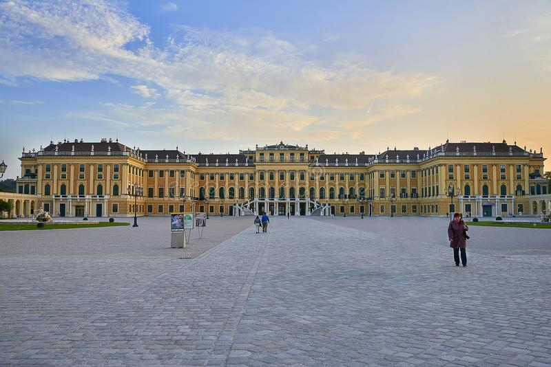 Wenen, Oostenrijk - September 25, 2013: Schonbrunnpaleis en tuinen De vroegere keizer de zomerwoonplaats Het paleis is één van Th stock afbeelding