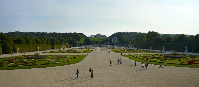 Wenen, Oostenrijk - September 25, 2013: Schonbrunnpaleis en tuinen De vroegere keizer de zomerwoonplaats Het paleis is één van Th royalty-vrije stock foto's