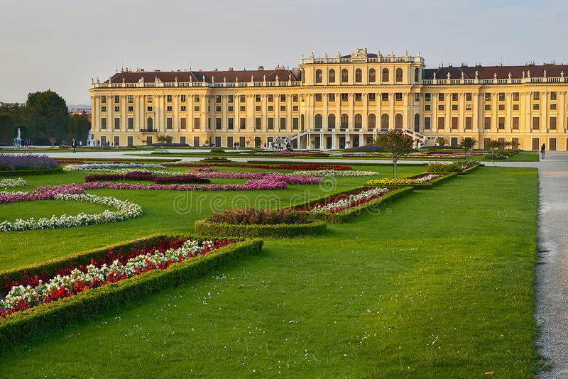Wenen, Oostenrijk - September 25, 2013: Schonbrunnpaleis en tuinen De vroegere keizer de zomerwoonplaats Het paleis is één van Th royalty-vrije stock foto