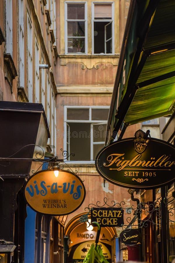 Wenen, Oostenrijk - September, 15, 2019: Voorgevel van toeristenwinkels in het centrum van Wenen royalty-vrije stock fotografie