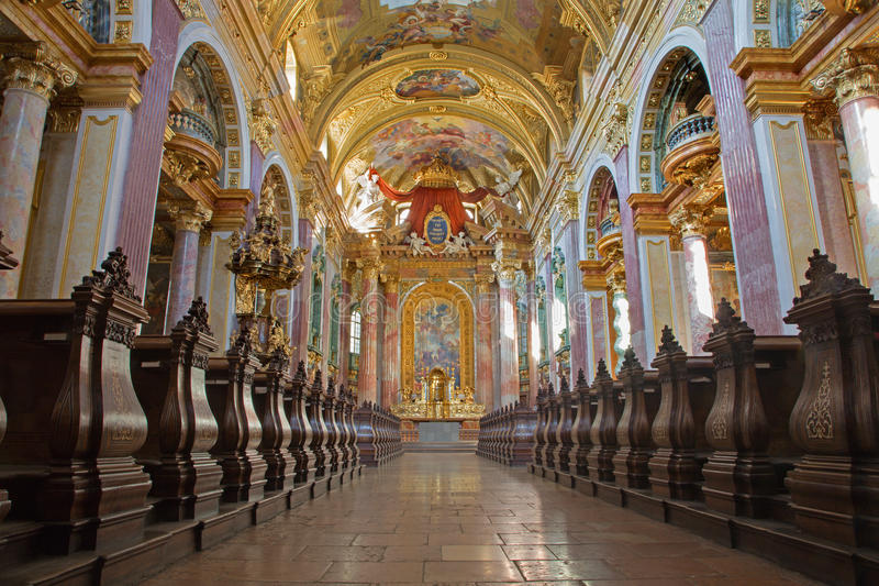 Wenen - Schip van barokke Jezuïetenkerk royalty-vrije stock foto