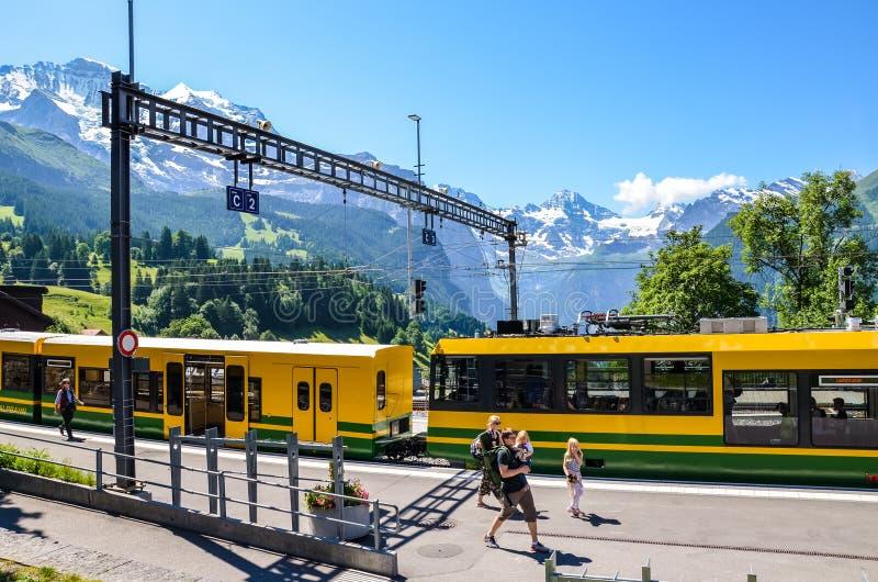 Wengen Szwajcaria, Lipiec, - 16 2019: Platforma na głównym dworcu w Szwajcarskiej Alpejskiej wiosce Wengen Piękni Alps z śniegiem obraz royalty free