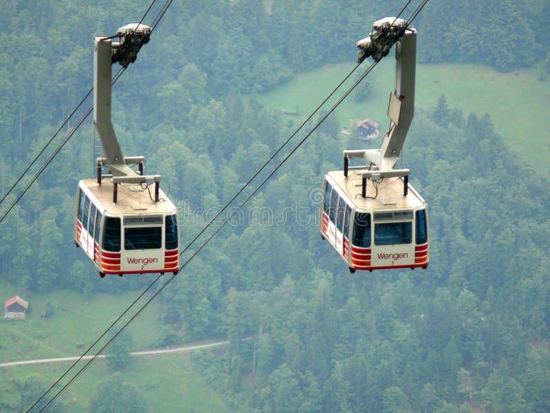 Wengen, Zwitserland 08/17/2010 Kabelwagen die naar de berg stijgt royalty-vrije stock afbeelding