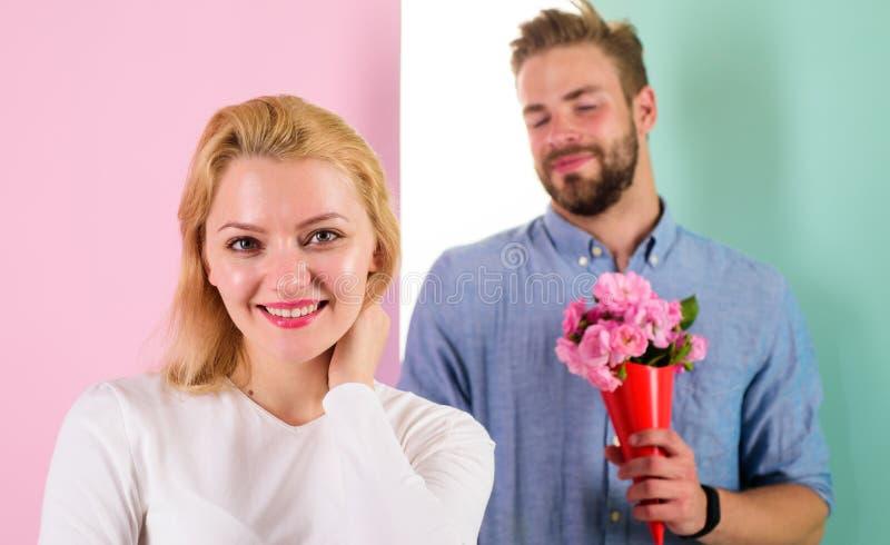 Wenig Überraschung für sie Freund holen Blumenstraußblumen, um sie zu überraschen Mann bereit zum perfekten Datum Rosen im Blumen lizenzfreies stockfoto