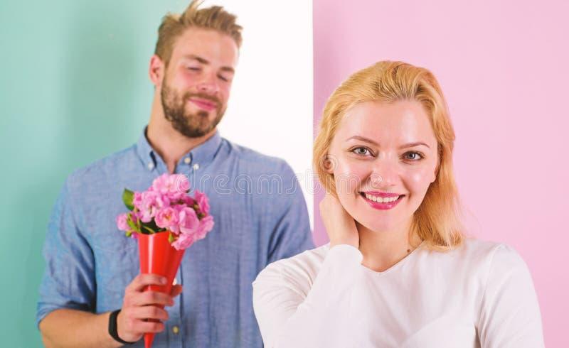 Wenig Überraschung für sie Freund holen Blumenstraußblumen, um sie zu überraschen Mann bereit zum perfekten Datum Rosen im Blumen lizenzfreie stockfotos
