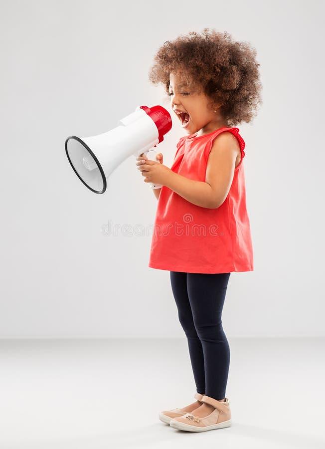 Wenig Afroamerikanermädchen, das zum Megaphon schreit stockfotografie