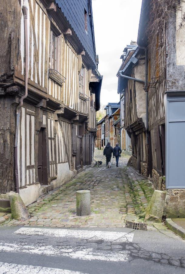 Wenig alte Kopfsteinstraße in Normandie, Frankreich, historische Stadt lizenzfreie stockfotos