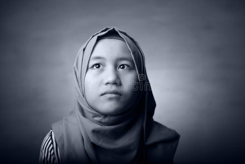 Wenig asiatisches moslemisches Mädchen-Porträt stockbild