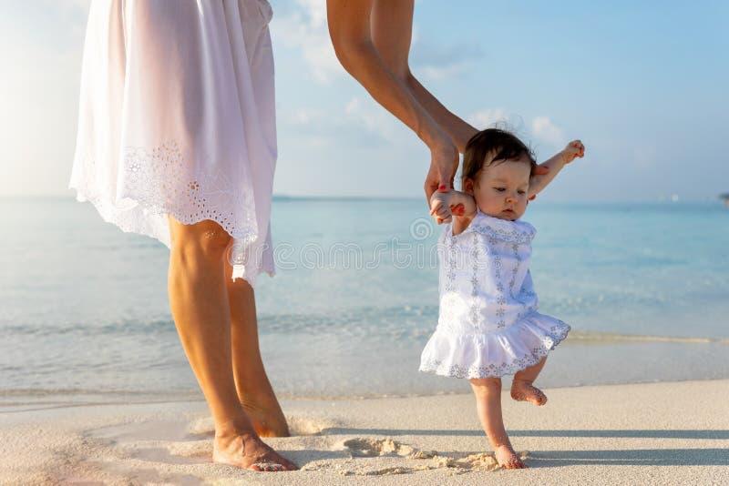Wenig Baby auf einem tropischen Strand lizenzfreies stockbild