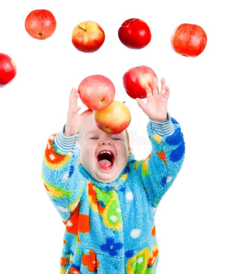 Wenig Baby caughts, die Apfel fliegen lizenzfreies stockfoto