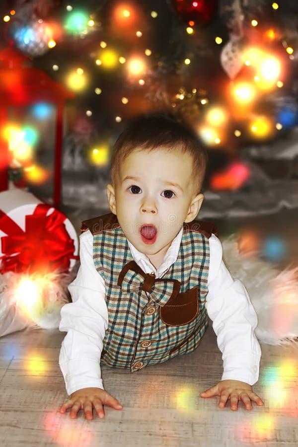 Wenig Baby, das nahe Weihnachtsbaum kriecht lizenzfreies stockbild