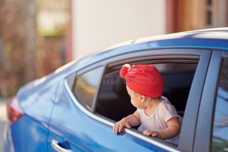 Wenig Baby, das zurück schaut stockfotos