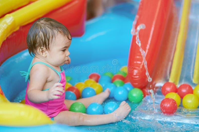 Wenig Baby im Gummipool lizenzfreies stockfoto