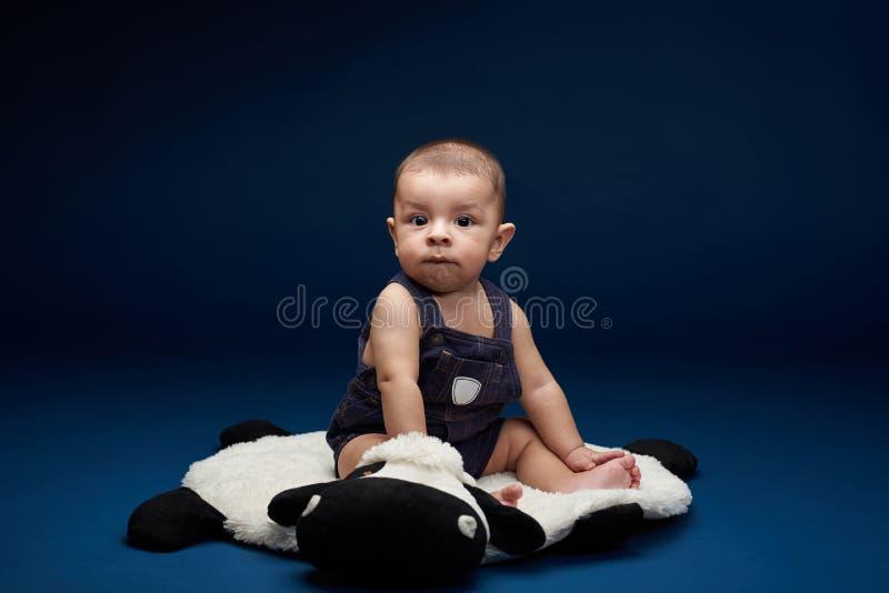 Wenig Babyblick in camera lizenzfreie stockbilder