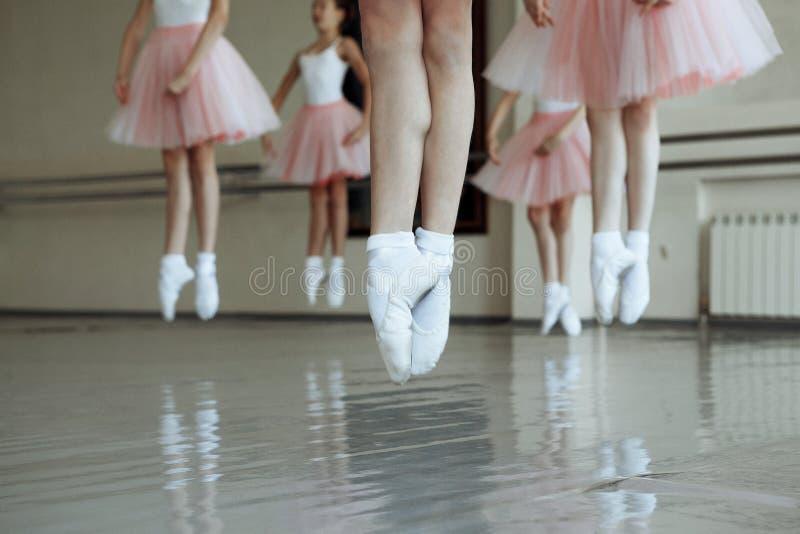Wenig Ballettmädchen springen lizenzfreies stockfoto