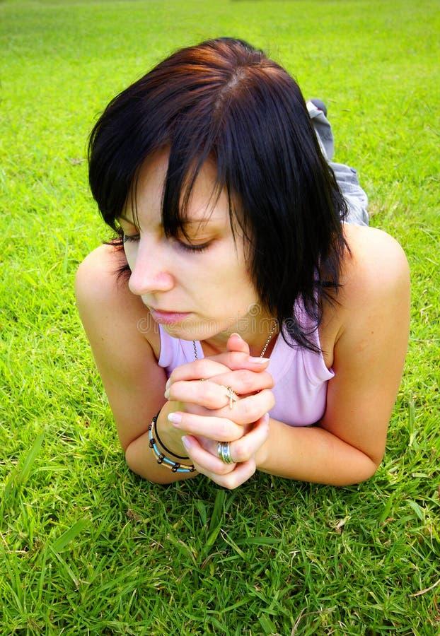 Wenig beten stockbild