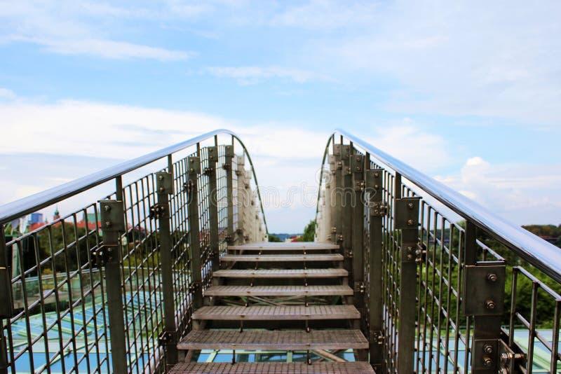 Wenig Brücke auf Bibliothek ` s Dachspitze arbeitet in Polen im Garten stockfotografie