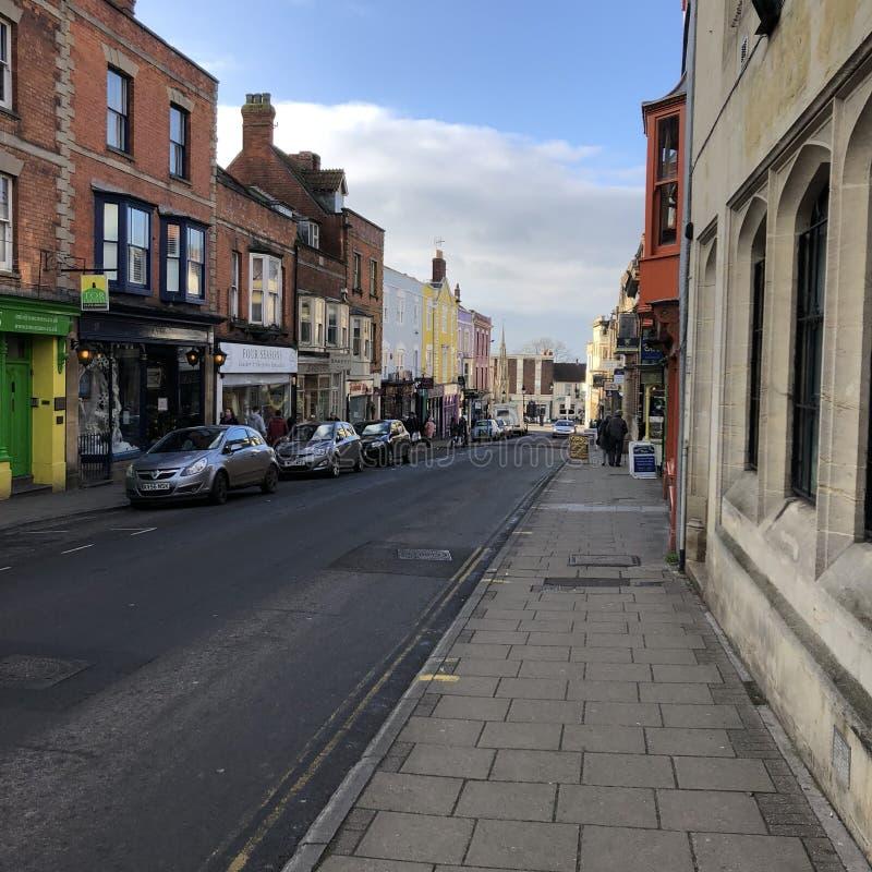 Wenig bunte Glastonbury-Stadt lizenzfreies stockbild