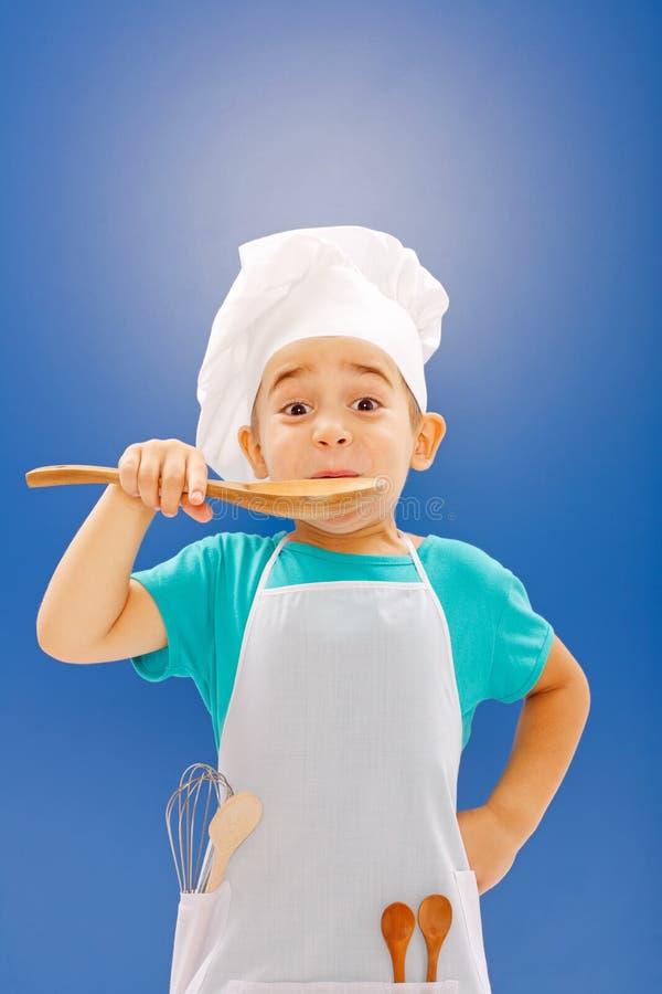 Wenig Chefprobierenlebensmittel stockfoto