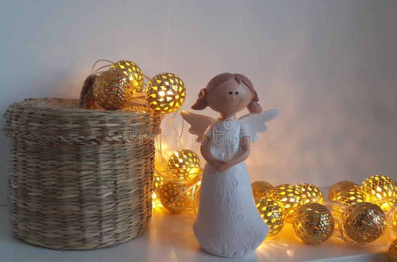 Wenig Engel mit Ballonen an Valentinsgruß ` s Tag lizenzfreie stockbilder
