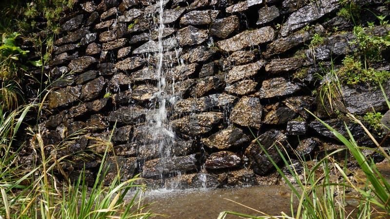 Wenig Fluss von Felsen stockfotos