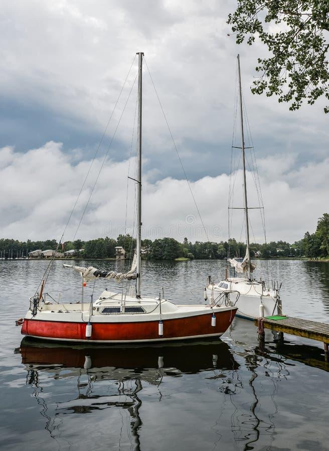 Wenig gelbe Sportyacht auf dem See Trakai, Litauen Schöne Sommerlandschaft von Trakai See am stürmischen Abend mit lizenzfreie stockfotografie