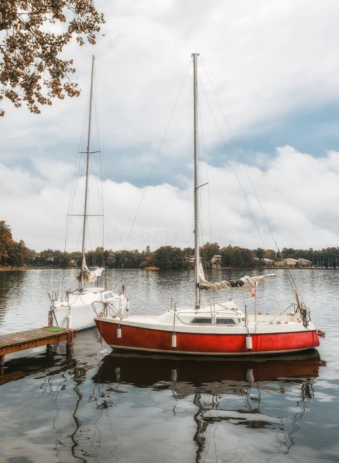 Wenig gelbe Sportyacht auf dem See Trakai, Litauen Sch?ne Sommerlandschaft von Trakai See am st?rmischen Abend mit lizenzfreies stockbild
