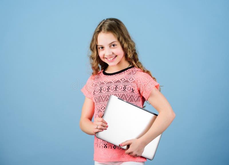 Wenig Gesch?fts-Dame Hausunterrichtbildung Online kaufen Schulprojekt Startgesch?ft Kinderentwicklung herein lizenzfreies stockfoto
