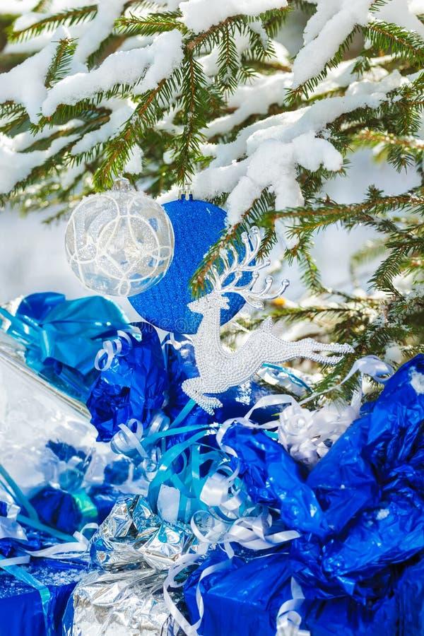 wenig gezierter baum im schneebedeckten holz verziert mit stockfoto bild von flitter frech. Black Bedroom Furniture Sets. Home Design Ideas