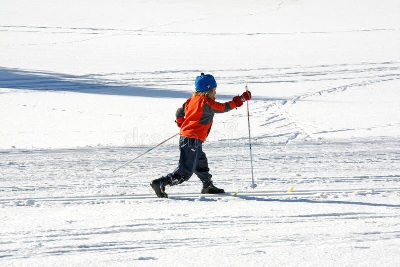 Wenig gilr tut Cross Country-Skifahren allein in einer Winterstelle stockfotos