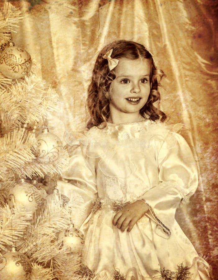Wenig girle nahe Baum der weißen Weihnacht stockfoto
