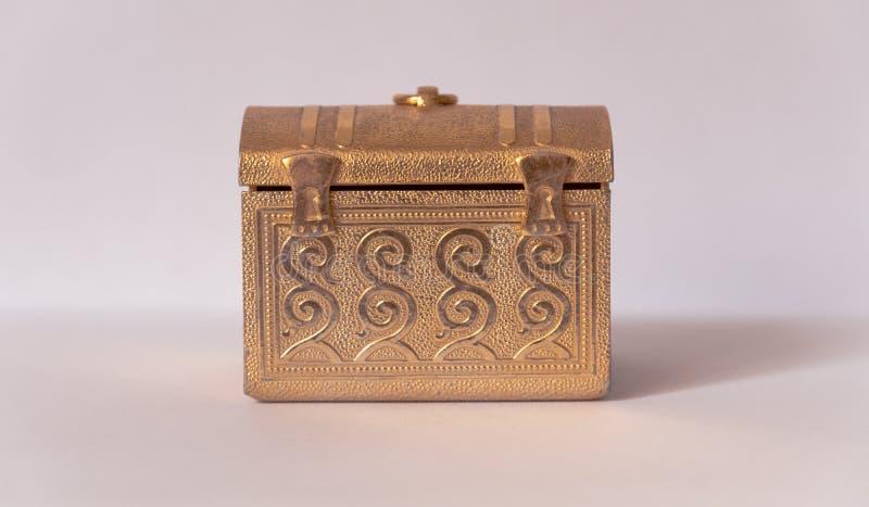 Wenig goldener Kasten der Weinlese lizenzfreie stockfotos