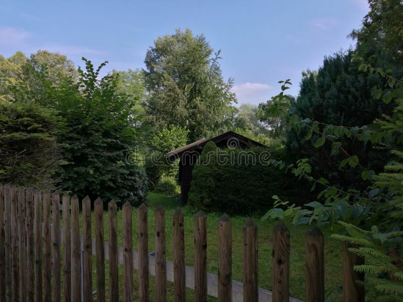 Wenig Haus im Garten lizenzfreie stockfotos