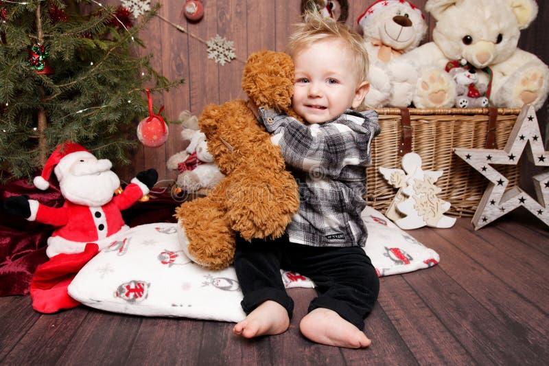 Wenig Junge in einer Weihnachtsatmosphäre lizenzfreie stockfotos