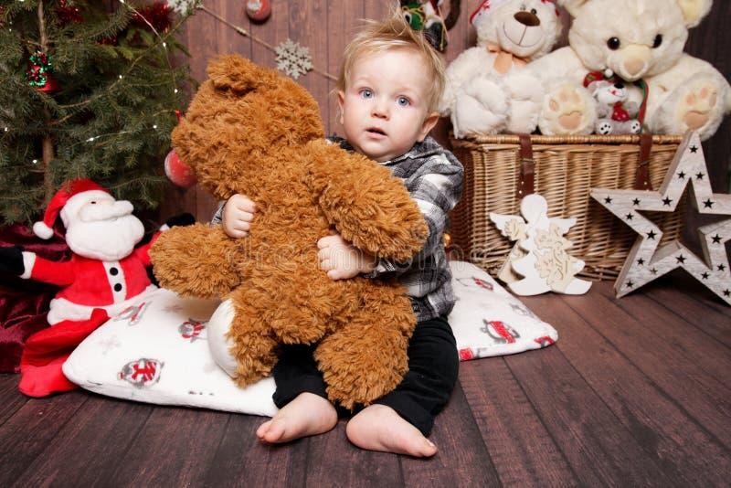 Wenig Junge in einer Weihnachtsatmosphäre lizenzfreies stockbild