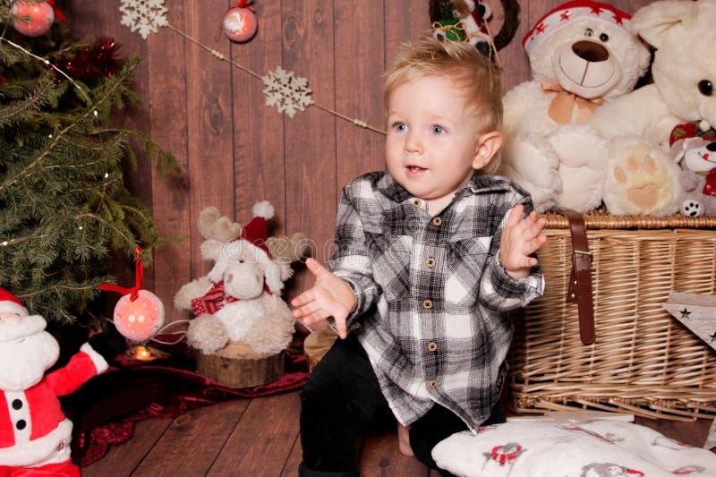 Wenig Junge in einer Weihnachtsatmosphäre stockfoto