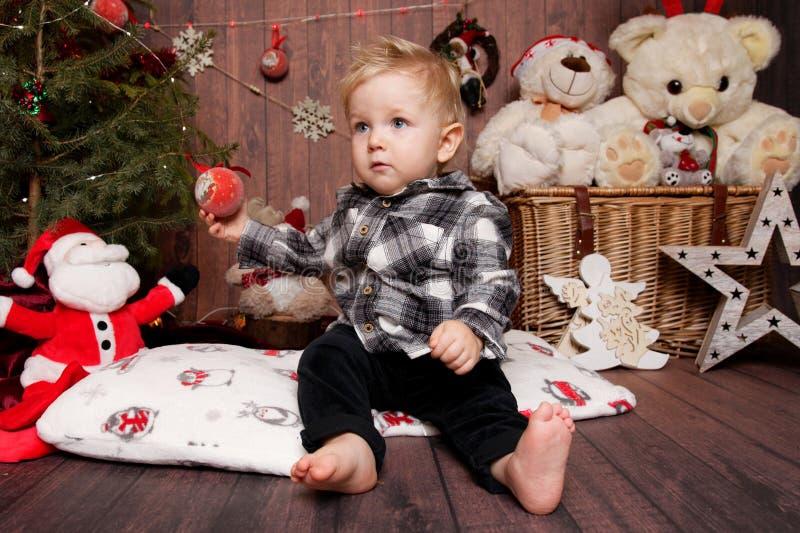 Wenig Junge in einer Weihnachtsatmosphäre lizenzfreies stockfoto
