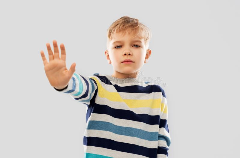 Wenig Junge in gestreiftem Pullover stockbild