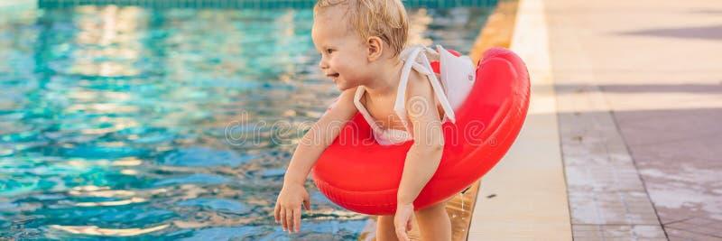 Wenig Junge mit aufblasbarem Kreis an Pool FAHNE, LANGES FORMAT lizenzfreie stockbilder