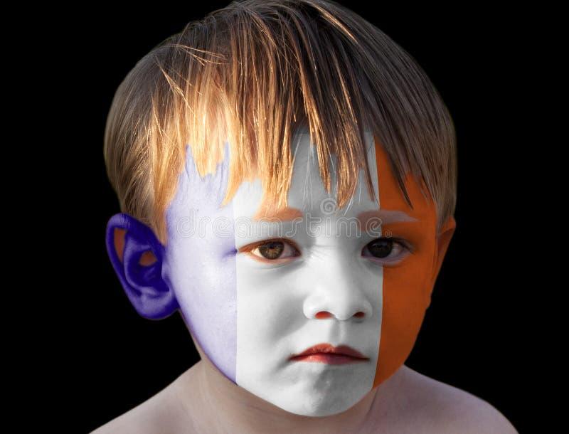 Wenig Junge mit gemalter Frankreich-Flagge stockfoto