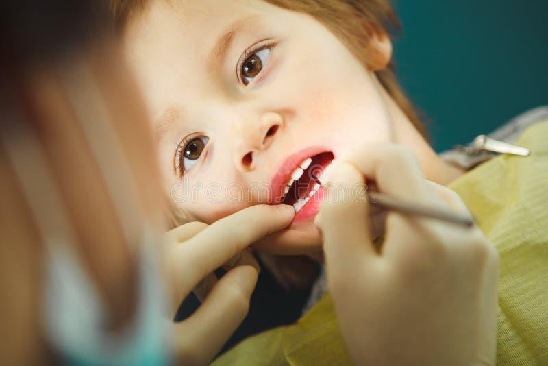 Wenig Jungenaufnahme am Zahnarzt, pädiatrische Zahnheilkunde ohne die Schmerz stockbilder