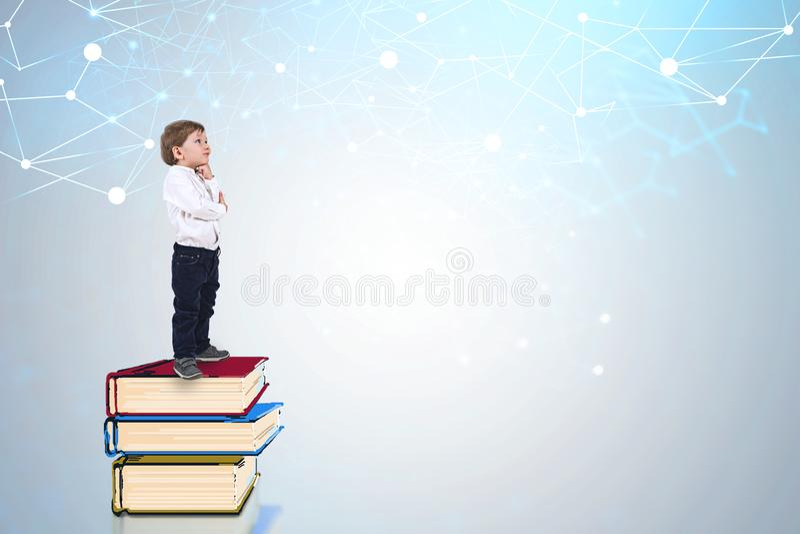 Wenig Jungenstellung auf Büchern, Netz lizenzfreie abbildung