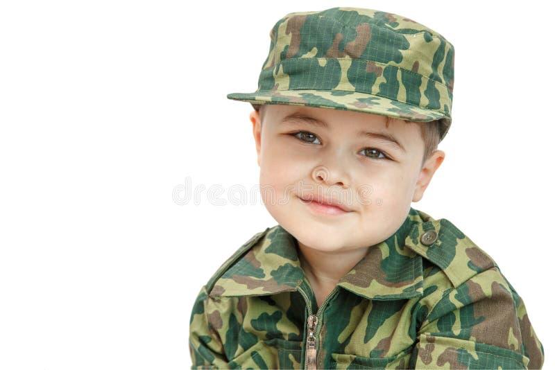 Wenig kaukasischer Junge in der Milit?rkleidung lokalisiert auf hellem Hintergrund stockbild